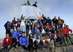 23-09-2010 ALGEMEEN: ATLAS CHALLENGE: TOUBKAL<br /> Vanaf Refuge de Toubkal vandaag de dag naar de top van Jbel Toubkal 4167 meter hoog / Topfoto met United vlag<br /> ©2010-WWW.FOTOHOOGENDOORN.NL