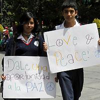 TOLUCA, México.- Dos jóvenes estudiantes de secundaria pasearon por la ciudad de Toluca exaltando a la población a practicar la paz, vivir en armonía, esto como parte de la celebración del día mundial de la Paz. Agencia MVT / Crisanta Espinosa. (DIGITAL)