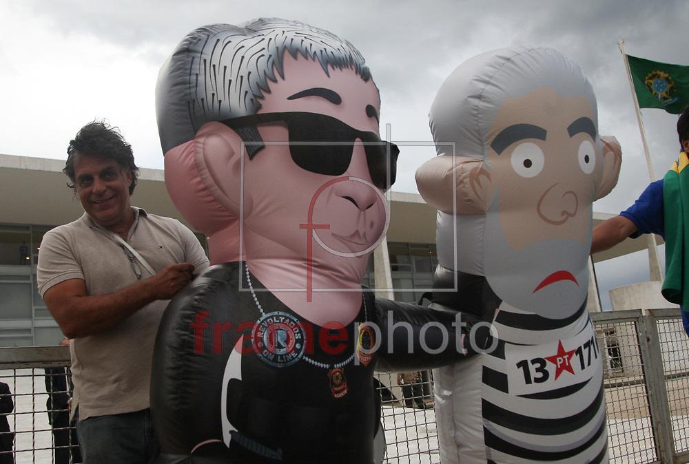 Brasilia, 04/03/2016 . Integrantes do revoltadosonline, fazem protesto contra o ex Presidente Lula, em frente o palacio do planalto. Foto: Joel Rodrigues/FramePhoto