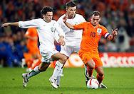 17-10-2007: Voetbal: Nederland-Slovenie: Eindhoven<br /> Robert Koren wordt gepasseerd door Wesley Sneijder<br /> Foto: Geert van Erven