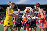 AMSTELVEEN - Eva de Goede (Ned) en Jodie Kenny (Austr.)  met Umpire JOUBERT Michelle (RSA)<br /> Umpire CHURCH Amber (NZL) en de Fan of the Match,    voor   de Pro League hockeywedstrijd dames, Nederland-Australie (3-1) COPYRIGHT  KOEN SUYK