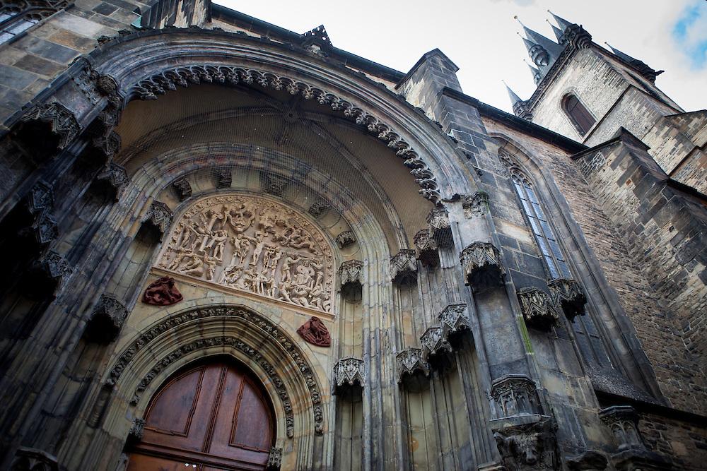 Die Kirche der Jungfrau Maria vor dem Teyn ist ein römisch-katholisches Gotteshaus in der Prager Altstadt. Der Bau der Kirche dauerte von der Mitte des 14. bis zum beginnenden 16. Jahrhundert. Die Westfassade mit den zwei Türmen am Rande des Altstädter Rings ist eines der Wahrzeichen der tschechischen Hauptstadt Prag. Über den Altstädter Ring verlief der traditionelle Krönungsweg der böhmischen Könige zum Veitsdom.