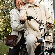 20061006 HELSINKI Birgitta Ulfsson ja Iwar Wiklander, näyttelijät. Molemmat ovat innokkaita pyöräilijöitä. Kuva: Ismo Henttonen.