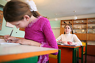 Ecole de Lugoviki, dirigée par Lidia Olexiivna Bernikova, à quelques km de la zone interdite. Tous les enfants viennent de la région; Ils ont entre 3 et 17 ans. Les enfants ont été les grandes victimes de la catastrophe, plus sensibles qu'ils sont face à la radiation. Les classes sont composées de moins de 10 enfants contre 25/30 il y a 20 ans. La mémoire de Tchernobyl est abordée en cours de biologie sans tabou.