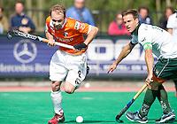 ROTTERDAM -HOCKEY - Bloemendaal speler Matthew Swann (l) in duel met Jeroen Hertzberger van Rotterdam tijdens de play off hockeywedstrijd tussen de mannen van Rotterdam en Bloemendaal (1-1, R'dam wint na shoot out). FOTO KOEN SUYK