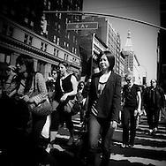 New York people crossing 6 th avenue and 23rd street  / foule traversant la 6em avenue et la  23em rue,  scenes de rue  New York Manhattan - Etats unis