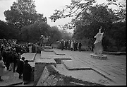 Unveiling of W.B. Yeats Memorial by An Taoiseach Jack Lynch at Stephen's Green, Dublin. The bronze sculpture is by Henry Moore. A general view of the ceremony..26.10.1967