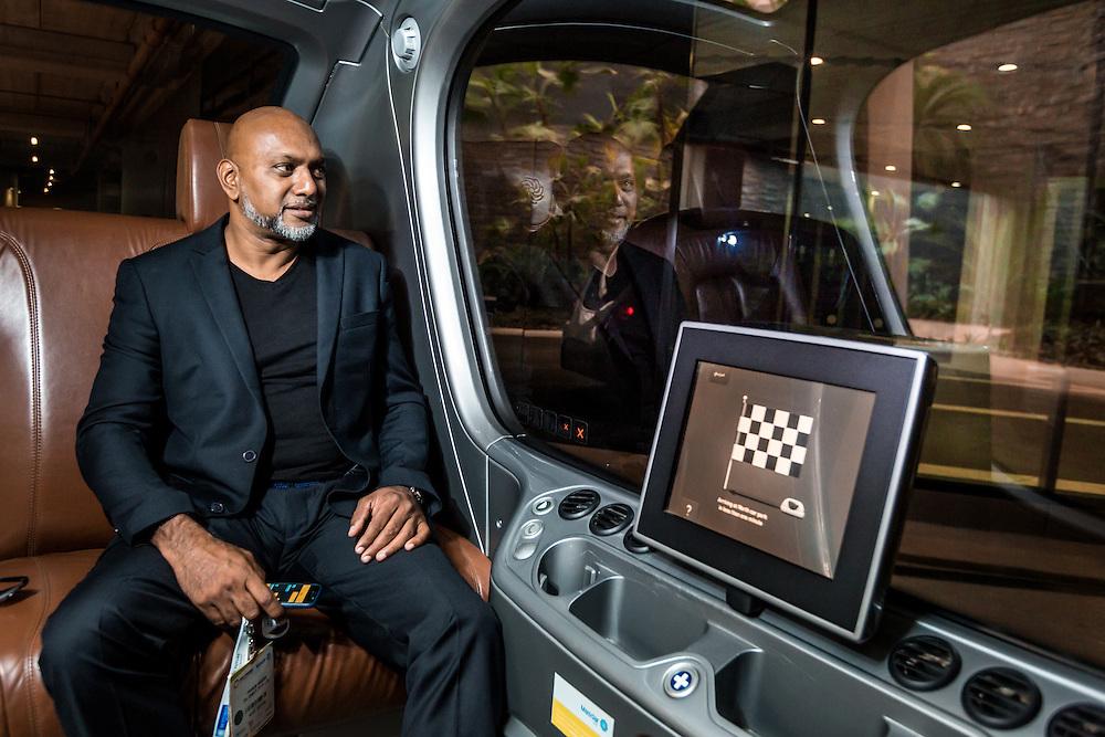 ABU DHABI, EMIRATS ARABES UNIS - 20 JANVIER 2016: Franck est originaire d'Afrique du Sud et travaille dans une entreprise pétrolière basée a Dubai. Il utilise le Personal Rapid Transit (PRT) pendant une visite de Masdar City. Il est candidat à un doctorat aupres du Masdar Institute.