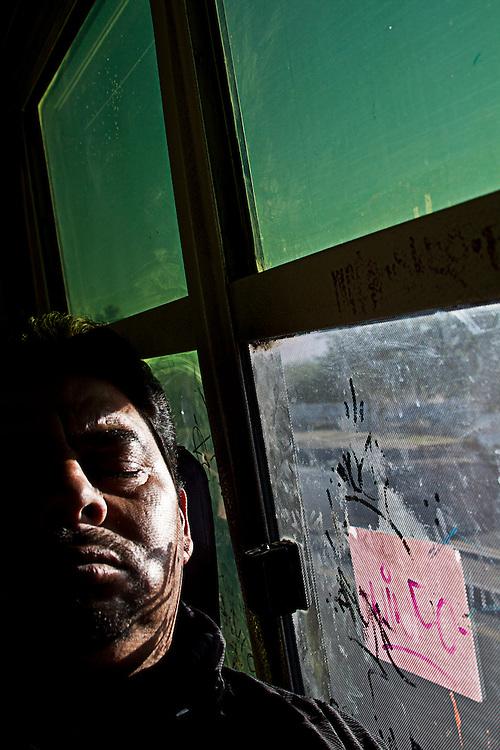 Los pasajeros se evaden entre si y algunos prefieren dormir para hacer más corto su viaje.