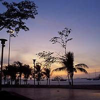 Paseo Colón con buhoneros de noche, Puerto La Cruz, Anzoategui, Venezuela.