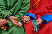 Mongolie, province de Bayankhongor, fêtes traditionnelles de Naadam, groupe d'hommes en deel, costume traditionnel, faisant des salutations avec des tabatières // Mongolia, Bayankhongor province, Naadam, traditional festival, men in deel, traditional costume, presentation of snuffbox for the greeting
