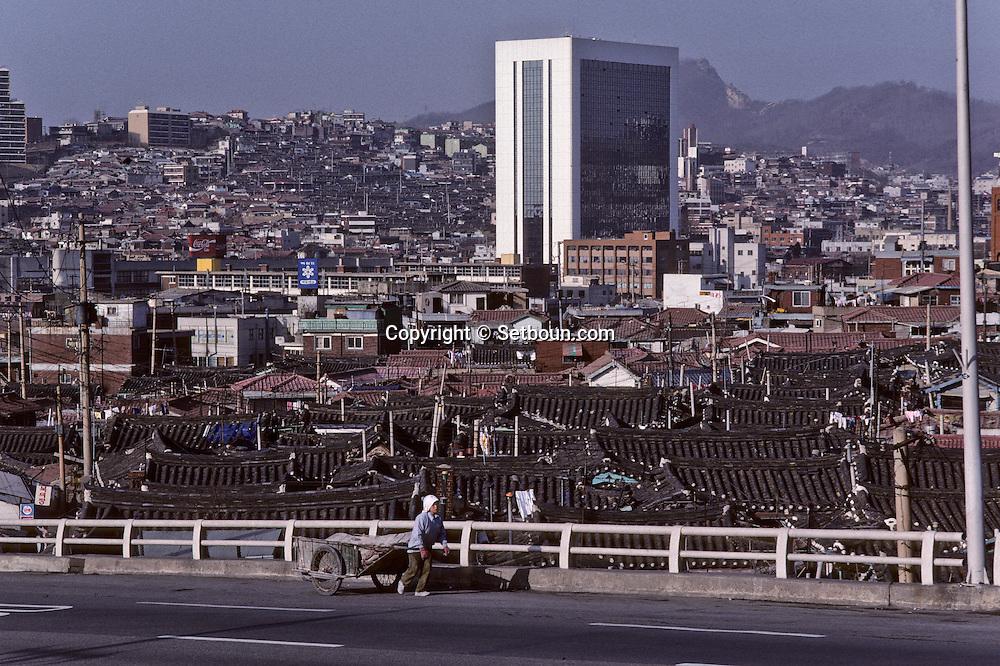 Paekpono, an old district is disappearing. Concrete is slowly taking over./// ///Paekpono, un quartier ancien de Seoul disparaît; Peu a  peu, le beton gagne;      L2737  /  R00030  /  P0003344
