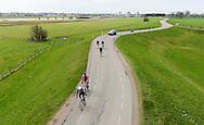 Nederland, Wijk bij Duurstede, 15 april 2013.Dijk langs de rivier de Lek tussen Wijk bij Duurstede en Culemborg. De dijk wordt veel gebruikt voor recreatieve toertochten van fietsers, racefietser, motorrijders en automobilisten..Foto(c): Michiel Wijnbergh