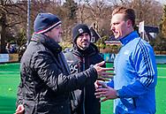 BLOEMENDAAL - hoofdklasse competitie heren.  Bloemendaal-Kampong (1-1) . Overleg tussen de coach Michel van den Heuvel (Bldaal) , coach Alexander Cox (Kampong) en scheidsrechter Coen van Bunge , voor de wedstrijd. Door de koude werd het hoofdveld niet bespeelbaar en werd uitgeweken naar een bijveld.  COPYRIGHT KOEN SUYK