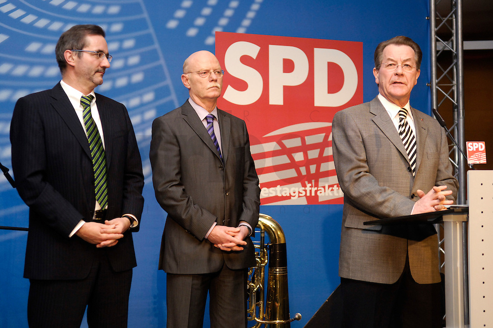 06 FEB 2006, BERLIN/GERMANY:<br /> Matthias Platzeck, SPD Parteivorsitzender, Peter Struck, SPD, Fraktionsvorsitzender, Franz Muentefering, SPD, Bundesarbeitsminister, (v.L.n.R.), Neujahrsempfang der SPD-Bundestagsfraktion, Fraktionsebene, Deutscher Bundestag<br /> IMAGE: 20060206-02-050<br /> KEYWORDS: Franz M&uuml;ntefering, Rede, speech