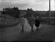 26-29/01/1960<br /> 01/26-29/1960<br /> 26-29 January 1960<br /> Gael-Linn Special at Gweedore and Teelin Co. Donegal. Children on a country road.