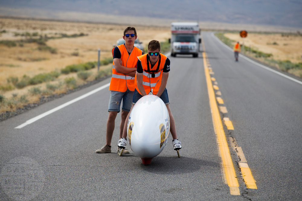 Aniek Rooderkerken gaat van start. Het Human Power Team Delft en Amsterdam, dat bestaat uit studenten van de TU Delft en de VU Amsterdam, is in Amerika om tijdens de World Human Powered Speed Challenge in Nevada een poging te doen het wereldrecord snelfietsen voor vrouwen te verbreken met de VeloX 7, een gestroomlijnde ligfiets. Het record is met 121,44 km/h sinds 2009 in handen van de Francaise Barbara Buatois. De Canadees Todd Reichert is de snelste man met 144,17 km/h sinds 2016.<br /> <br /> With the VeloX 7, a special recumbent bike, the Human Power Team Delft and Amsterdam, consisting of students of the TU Delft and the VU Amsterdam, wants to set a new woman's world record cycling in September at the World Human Powered Speed Challenge in Nevada. The current speed record is 121,44 km/h, set in 2009 by Barbara Buatois. The fastest man is Todd Reichert with 144,17 km/h.