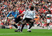 Photo: Tom Dulat.<br /> Arsenal v Sunderland. The FA Barclays Premiership. 07/10/2007.<br /> Nyron Nosworthy(R), Craig Gordon(L) of Sunderland watching Robin van Persie(middle) of Arsenal in attempt to score