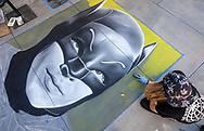 6月18日,美国洛杉矶,一名艺术家正专注在在她的作品电影人物蝙蝠侠的肖像。当日, 帕萨迪纳市举办了第二十五届粉笔画绘画艺术节,艺术家们使用超过25000支蜡笔粉笔,跪坐在人行道上,用手中的画笔展现他们的创造力。从古典到现代,从古怪到绚丽,不同的艺术风格让观众眼花缭乱。 。新华社发 (赵汉荣摄)<br /> An artist works on a portrait of movie character Batman during the 25th annual Pasadena Chalk Festival in Los Angeles, the United States, June 18, 2017. Hundreds artists using more than 25,000 sticks of pastel chalk to create life-size murals on the city pavement.  (Xinhua/Zhao Hanrong)(Photo by Ringo Chiu)<br /> <br /> Usage Notes: This content is intended for editorial use only. For other uses, additional clearances may be required.