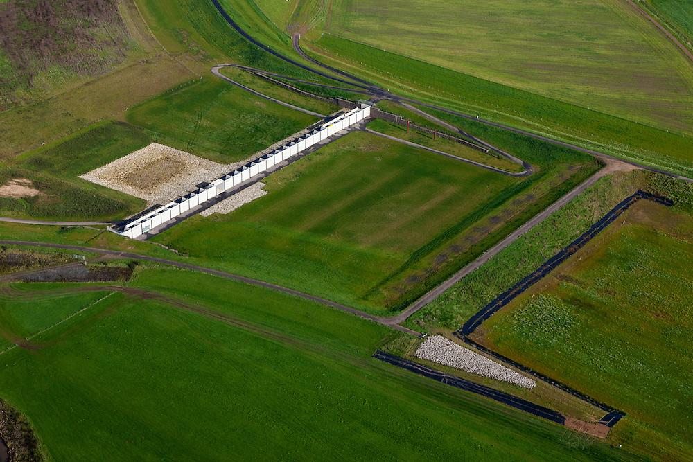 Nederland, Gelderland, Gemeente Westervoort, 03-10-2010; Hondsbroeksche Pleij  waar in het kader van Ruimte voor de Rivier de dijk landinwaarts verlegd is, de nieuwe dijk boven in beeld. Hierdoor is een hoogwatergeul ontstaan. In deze geul het regelwerk wat bij hoog water zorgt voor de verdeling van het water tussen Neder-Rijn en IJssel (naar rechts). Dit regelwerk bestaat uit betonnen elementen die met een kraan geplaatst worden. Het dijkje rechts van het regelwerk is tijdelijk en verdwijnt als alle werkzaamheden klaar zijn..Head of the IJssel. Room for the River: in the floodplain the dike has moved inland, creating a flood channel. At high water the control works will regulate the distribution of water between the Lower Rhine and IJssel..luchtfoto (toeslag), aerial photo (additional fee required).foto/photo Siebe Swart