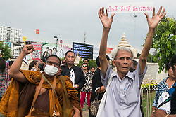 © Licensed to London News Pictures. 27/05/2014.  An Anti-Coup protestor and a buddhist monk protest during a Anti-Coup protest in Bangkok Thailand. yesterday Thailand's King formally approved Thai army chief General Prayut Chan-O-Cha as head of the nation's new military junta.  Photo credit : Asanka Brendon Ratnayake/LNP