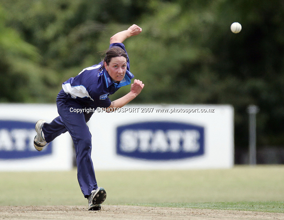 Auckland's Shanna Coetzee in action. State Auckland Hearts v State Northern Spirit. State League Twenty20. Melville Park, Auckland, New Zealand. Friday 28 December 2007. Photo: Hagen Hopkins/PHOTOSPORT