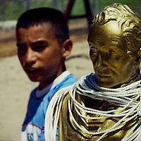 VENEZUELAN POLITICS / POLITICA EN VENEZUELA<br /> Bust of Simon Bolivar with the noose / Busto de Simon Bolivar con la soga al cuello<br /> Caracas - Venezuela 2005<br /> (Copyright © Aaron Sosa)