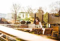 Creative Workplace, junge Frau, kreativ, Arbeiten außerhalb des Büros, Laptop, Kaffeepause, Restaurant, Österreich, Horn