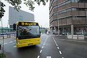 Bij het Smakkelaarsveld in Utrecht rijdt lijn 50 van Connexxion langs de bouwplaats.<br /> <br /> At Smakkelaarsveld in Utrecht a bus is passing the construction area.