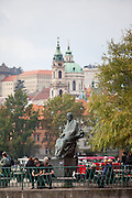Die Smetana Skulptur vor dem Museum des Musikers am Moldau Ufer.