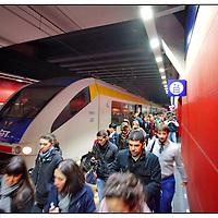 Stazione di Porta Susa, Torino .arrivo pendolari treno locale GTT