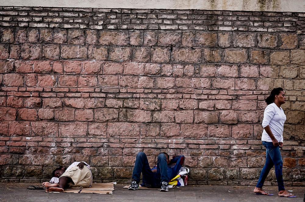 Roma 12 Giugno 2015<br /> Emergenza umanitaria al centro di accoglienza Baobab per immigrati, in via Cupa a Roma dove centinaia di migranti  hanno trovato rifugio dopo che erano fuggiti dallo sgombero della polizia 11 Giugno 2015 dal piazzale di fronte alla stazione Tiburtina dove vivevano. Il centro Baobab pu&ograve; ospitare 200 persone, attualmente ne ospita circa 800 persone  e grazie all'aiuto della croce rossa  e dei volontari della chiesa riesce a dare da mangiare ai migranti. I migranti  provengono da Etiopia, Somalia ed Eritrea, tutti negli ultimi mesi dalla Libia. Migranti dormono per la strada di fronte  al centro d'acccoglienza Baobab.<br /> Rome June 12, 2015<br /> Humanitarian emergency to the reception center for immigrants Baobab,Tiburtina neighborhood, where hundreds of migrants have sought refuge after they had escaped from the police eviction of 11 June 2015 from the square in front of the station Tiburtina where they lived. The Baobab center can accommodate 200 people, currently it hosts about 800 people and with the help of Red Cross volunteers and the church is able to feed the migrants. The migrants come from Ethiopia, Somalia and Eritrea, all in recent months from Libya. Migrants are sleeping on the street in front of the reception center Baobab