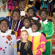 NLD/Utrecht/20161009 - Premiere De Club van Sinterklaas & Geblaf op de Pakjesboot , Vlinder Kamerling (dochter Isa Hoes) met de cast