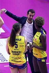 14-10-2017 ITA: Pomi Casalmaggiore - Imoco Volley Conegliano, Cremona<br /> Robin de Kruijf #5 of Imoco Volley Conegliano, Daniele Santarelli<br /> <br /> *** Netherlands use only ***