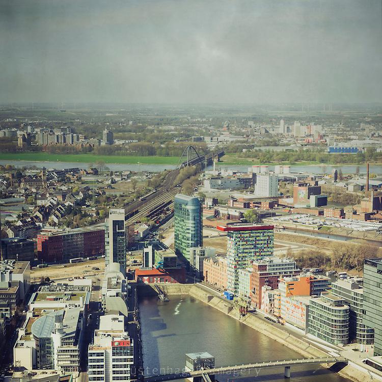 Blick auf Medienhafen und Umland von Rheinturm, Düsseldorf, Deutschland