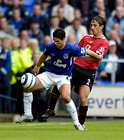 Fotball<br /> England 2005/2006<br /> Foto: SBI/Digitalsport<br /> NORWAY ONLY<br /> <br /> FA Barclays Premiership<br /> Everton v Manchester United<br /> 13th August, 2005<br /> Everton's Mikel Arteta (L) holds off Manchester United's Gary Neville