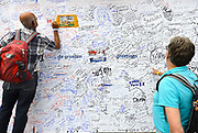 Nederland, Nijmegen, 16-7-2017Inschrijving voor de 101e vierdaagse. Op de Wedren schrijven lopers zich in voor de tocht die dinsdag begint . 30, 40 en 50 km. 46.000 deelnemers hebben zich aangemeld. Ze krijgen als startbewijs een polsbandje met een barcode die de controle op het parcours makkelijker maakt.FOTO: FLIP FRANSSEN