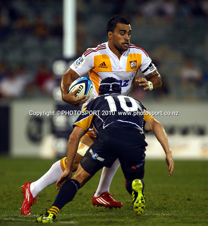 Liam Messem takes on Matt Giteau<br />