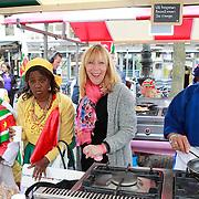NLD/Amsterdam/20130701 - Keti Koti Ontbijt 2013 op het Leidse Plein, Will Koopman met surinaamse dames aan het koken