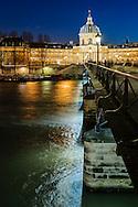 Paris, le Pont des Arts et La bibliotheque Mazarine.