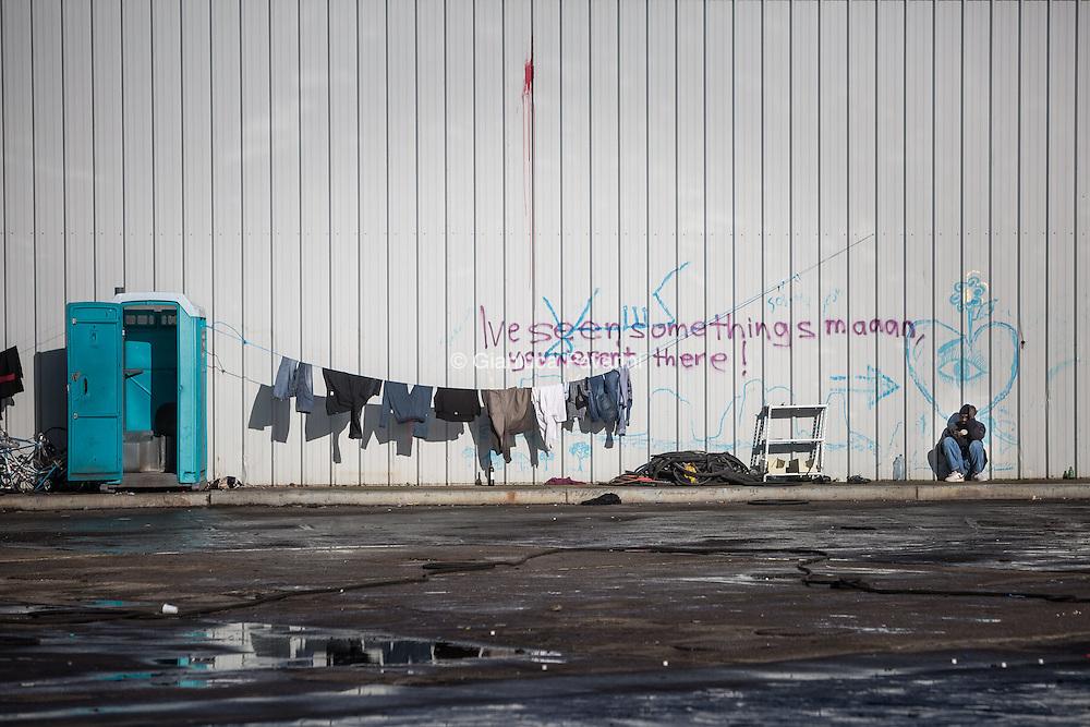 Squat Galloo, una fabbrica abbandonata dove hanno trovato riparo i migranti. <br /> Calais (FR), all'imbarco dei traghetti per il regno unito, dopo il rafforzamento dei controlli, il numero di migranti cresce ogni giorno, nonostante i centri d'accoglienza siano stati amliati i migranti trovano riparo come possono all'interno di una foresta vicino alla strada che porta all'imbarco. In questo modo possono provare a nascondersi sui Camion, ma il numero sempre maggiore di persone sta creando una citt&agrave; parallela di gente senza identit&agrave;.