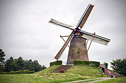 Nederland, Wijchen, 15-8-2017 Nationale molendag. De molen is geopend voor belangstellenden. Zij malen spelt voor glutenverij speltbrood. Children in a traditional working windmill. This day the mills in Holland were open to public. FOTO: FLIP FRANSSEN