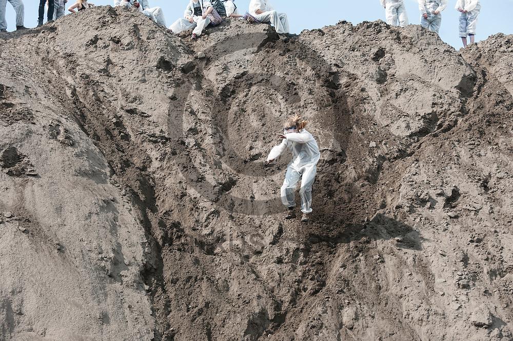 Eine Aktivistin springt am 13.05.2016 im Braunkohlentagebau Welzow-S&uuml;d bei Welzow, Deutschland einen Abhang hinunter. Mehrere Tausend Aktivisten haben den  Braunkohlentagebau blockiert um gegen die Nutzung von fossilen Brennstoffen zu protestieren. Foto: Markus Heine / heineimaging<br /> <br /> <br /> ------------------------------<br /> <br /> Ver&ouml;ffentlichung nur mit Fotografennennung, sowie gegen Honorar und Belegexemplar.<br /> <br /> Bankverbindung:<br /> IBAN: DE65660908000004437497<br /> BIC CODE: GENODE61BBB<br /> Badische Beamten Bank Karlsruhe<br /> <br /> USt-IdNr: DE291853306<br /> <br /> Please note:<br /> All rights reserved! Don't publish without copyright!<br /> <br /> Stand: 05.2016<br /> <br /> ------------------------------<br /> <br /> ------------------------------<br /> <br /> Ver&ouml;ffentlichung nur mit Fotografennennung, sowie gegen Honorar und Belegexemplar.<br /> <br /> Bankverbindung:<br /> IBAN: DE65660908000004437497<br /> BIC CODE: GENODE61BBB<br /> Badische Beamten Bank Karlsruhe<br /> <br /> USt-IdNr: DE291853306<br /> <br /> Please note:<br /> All rights reserved! Don't publish without copyright!<br /> <br /> Stand: 05.2016<br /> <br /> ------------------------------