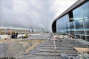 Nederland, the Netherlands, Arnhem, 1-9-2015 Het nieuwe station van de gelderse hoofdstad nadert zijn langverwachte voltooiing. De ov terminal met parkeergarage en fietsenstalling is bijna klaar. Werknemers van Breng leggen infrastructuur voor de trolleybus aan op het plein waar de stadsbussen en streekbussen stoppen. De ingewikkelde architectuur heeft het bouwproject veel problemen en vertraging opgeleverd. Het ontwerp voor het station is gemaakt door architectenbureau UNStudio, Ben van Berkel.FOTO: FLIP FRANSSEN/ HOLLANDSE HOOGTE