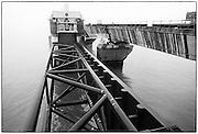 Nederland, Zeeland, 15-1-1986<br /> De hoogwaterkering, stormvloedkering, oosterscheldekering in de Oosterschelde in de eindfase voor de oplevering. In oktober zal de opening, ingebruikname plaatsvinden.<br /> Roompot. Eastern Scheldt storm surge barrier nearly finished . <br /> Foto: Flip Franssen/Hollandse Hoogte