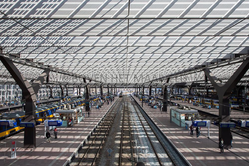 Zonnepanelen op perronoverkapping Rotterdam Centraal Station