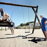 Nederland, Bloemendaal aan zee , 28 juni 2010..Lilian van der Klaauw met haar man en zoontje op  camping de Lakens bij Bloemendaal aan Zee..Holiday of a  family at sea in the Netherlands.