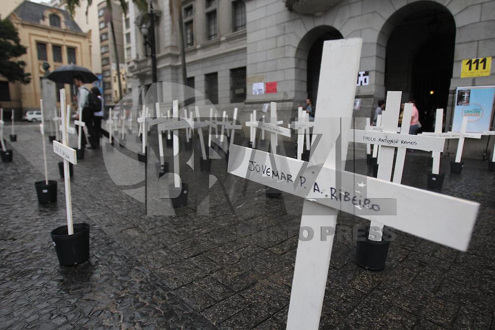 SAO PAULO, SP, 06 DE ABRIL DE 2013 - HOMENAGEM AO MASSACRE DO CARANDIRU - Estudantes de Direito da USP do Largo Sao Francisco, fazem homenagem com 101 cruzes em relacao ao Massacre do Carandiru, em 1992. Com inicio hoje do julgamento dos 26 policiais acusados de assassinar 15 dos 101 presos mortos. FOTO: LUIZ GUARNIERI / BRAZIL PHOTO PRESS