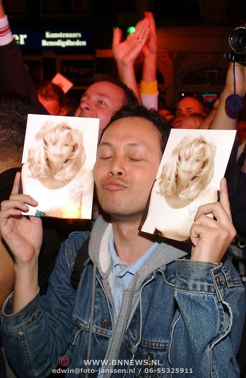 NLD/Amsterdam/20050806 - Gaypride 2005, optreden Vanessa, fan met foto's