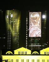 Feature Skyline Frankfurt a. M.          Zur Feier der Fussball-Weltmeisterschaft werden in Frankfurt am Main nachts ueberdimensionale Fotos der vergangenen Fussball-Weltmeisterschaften auf die Skyline der Stadt projeziert, untermalt mit Musik und Lichteffekten. Hier wird der WM Pokal auf die fassade des Gebaeudes der Deutschen Bank projeziert.